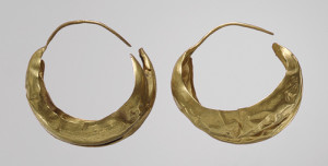 Lunate earrings excavated in the Great Death Pit